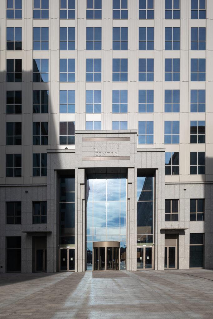 Główne wejście do budynku wieżowca Unity Center w Krakowie