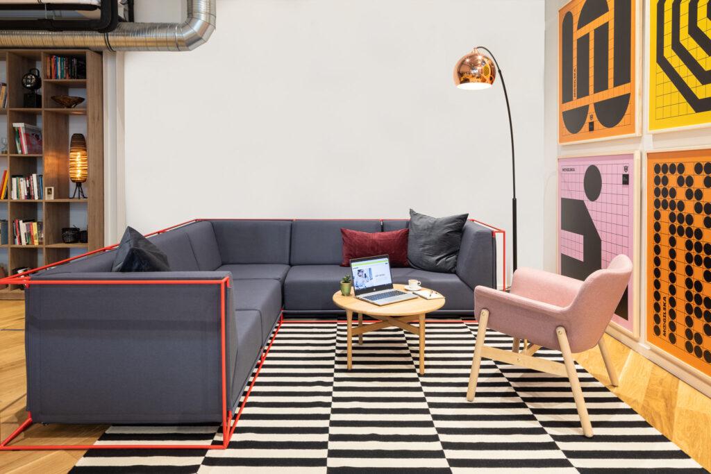Fotografia stylizacji szarej sofy i stolika kawowego w biurze w Katowicach