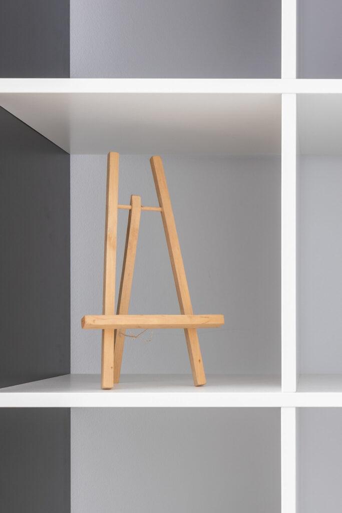 Fotografia aranżacji białego regału na książki w salonie
