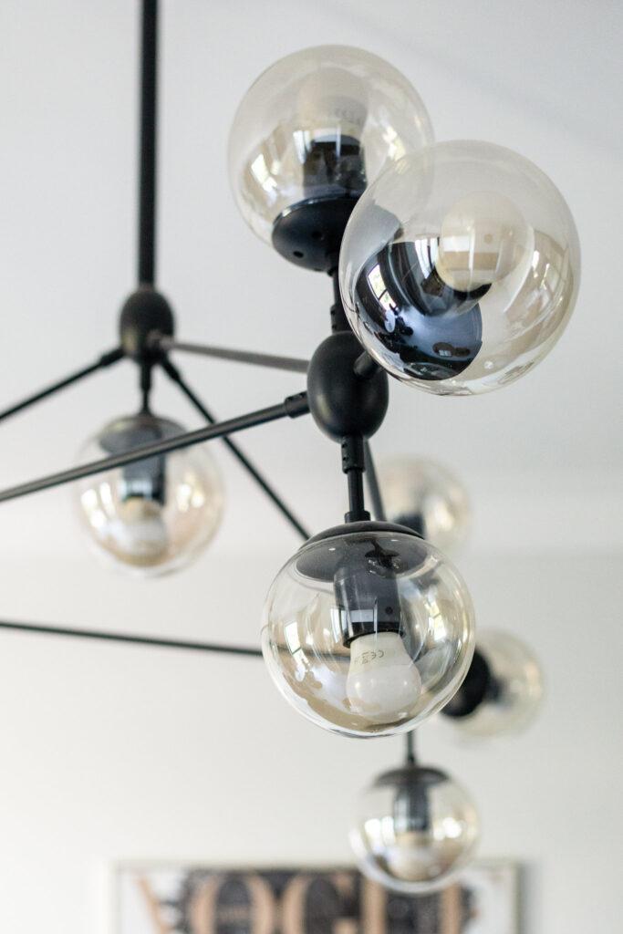 Fotografia wiszącej lampy w salonie w mieszkaniu w Katowicach