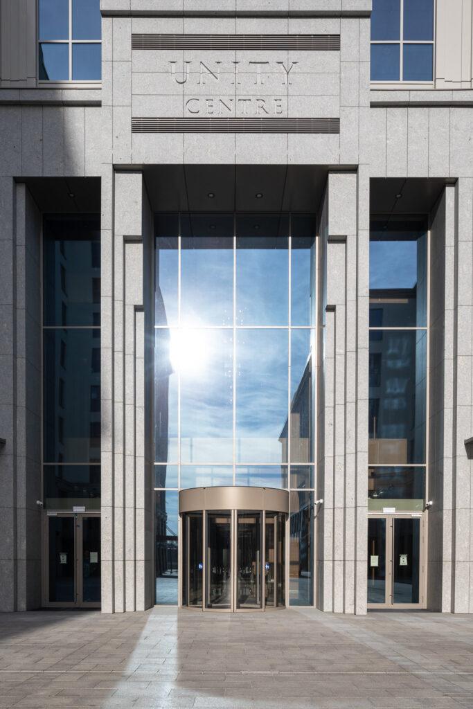 Zdjęcie wejścia do biurowca Unity Centre