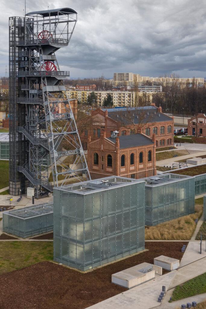 Zdjęcie z drona Śląskiego Muzeum w Katowicach. Budowle ze szkła i czerwonej cegły
