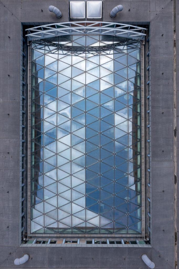 Przeszklony dach Muzeum AK w Krakowie. Zdjęcie z drona top down