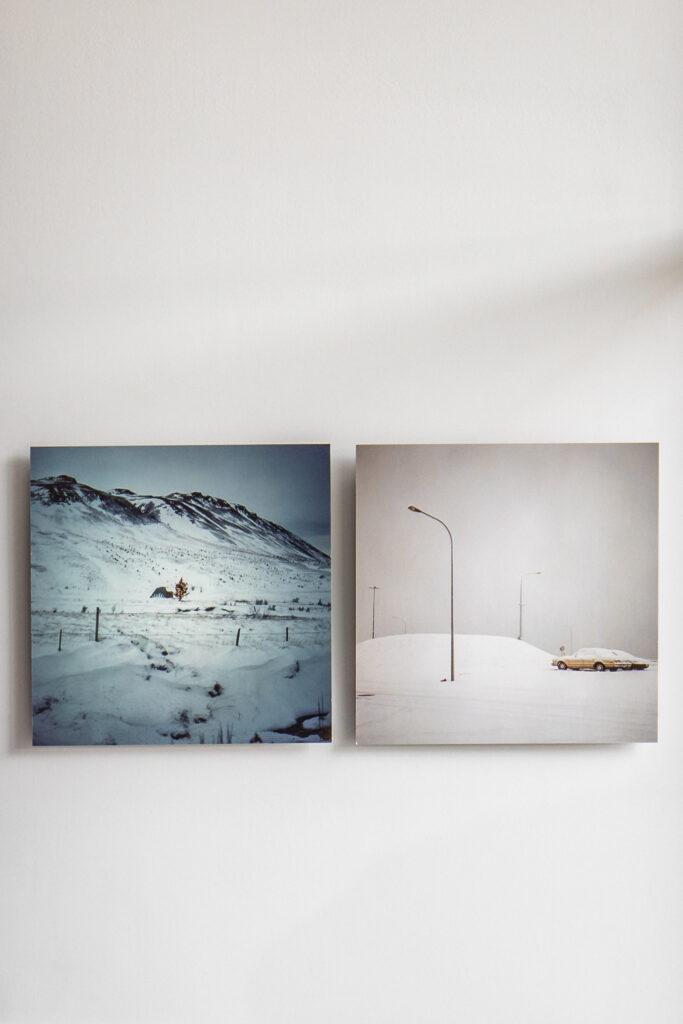 Fotografia obrazów z zimowym widokiem zawieszonych na ścianie w biurze