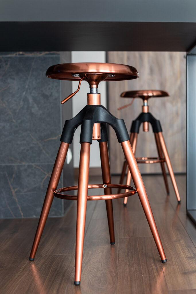 Fotografia krzesła kuchennego typu obrotowy taboret w kolorze miedzianym