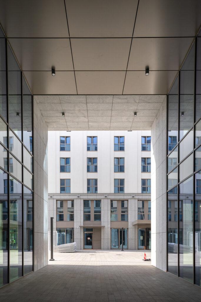 Zdjęcia detali budynku wraz z oknami