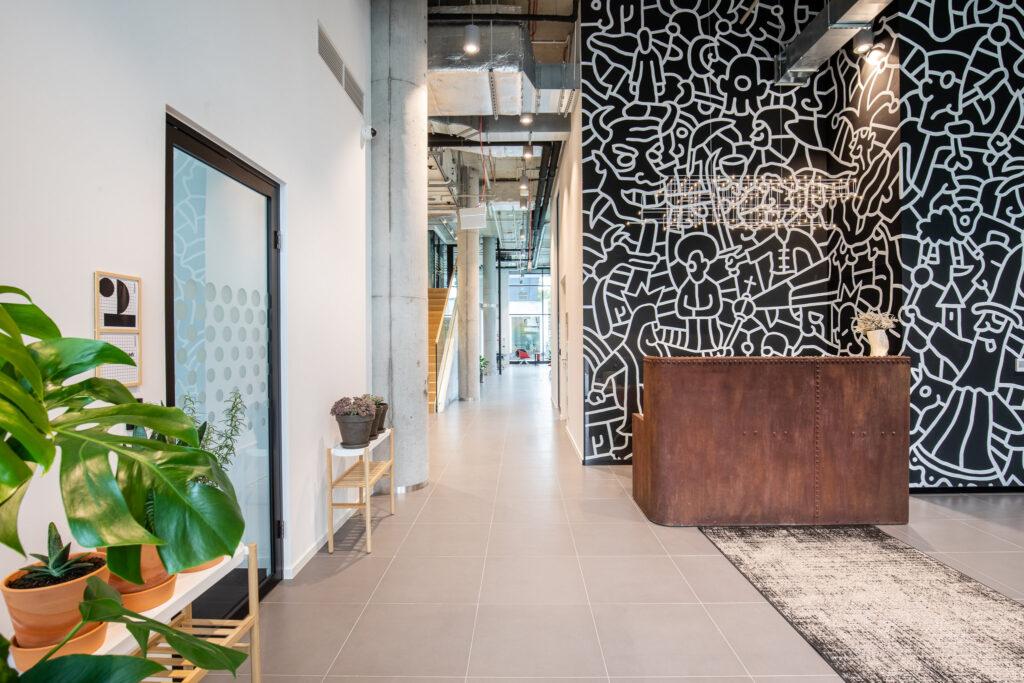 Fotografia recepcji oraz części komunikacyjnej w przestrzeni biurowej w Katowicach