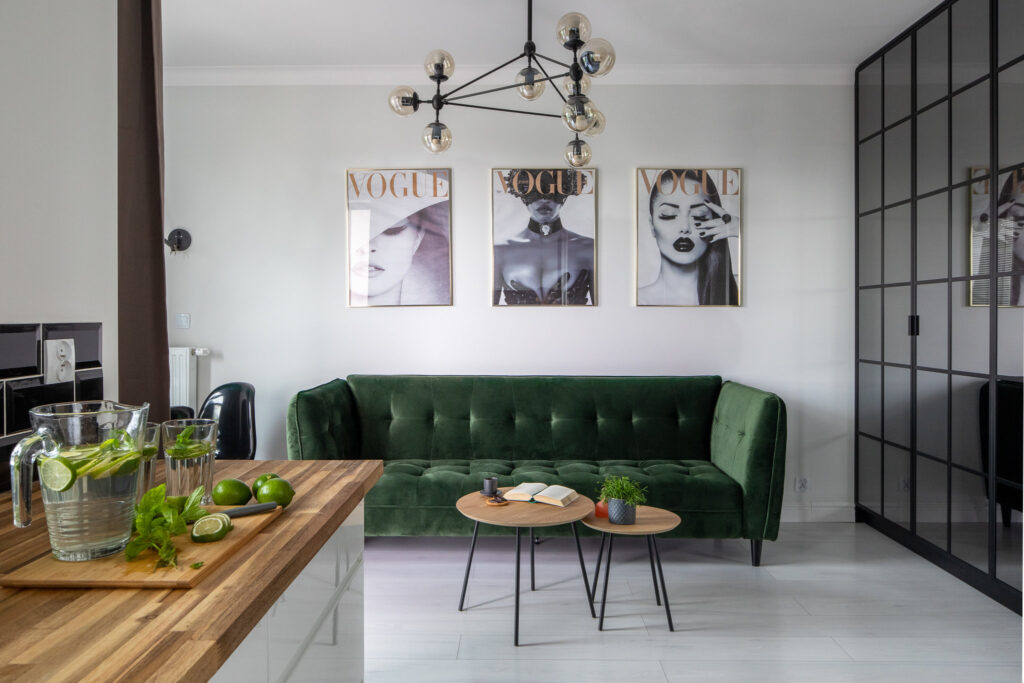 Fotografia stylizacji wnętrza salonu z zielona sofą w stylu industrialnym