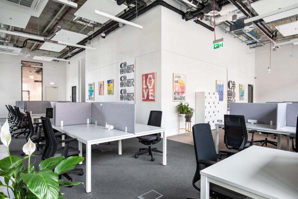 Fotografia przestrzeni coworkingowej w biurowcu w Katowicach